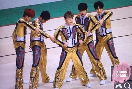 辣眼睛!韩男团穿金色紧身衣跳有氧体操