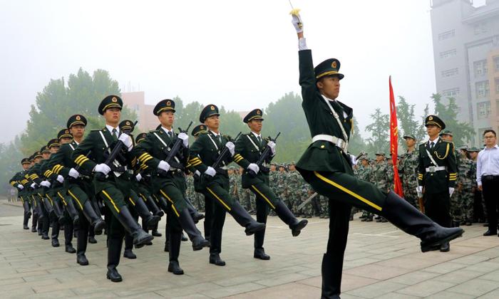 18岁的国旗护卫队  对国旗的信念已经坚持了18年